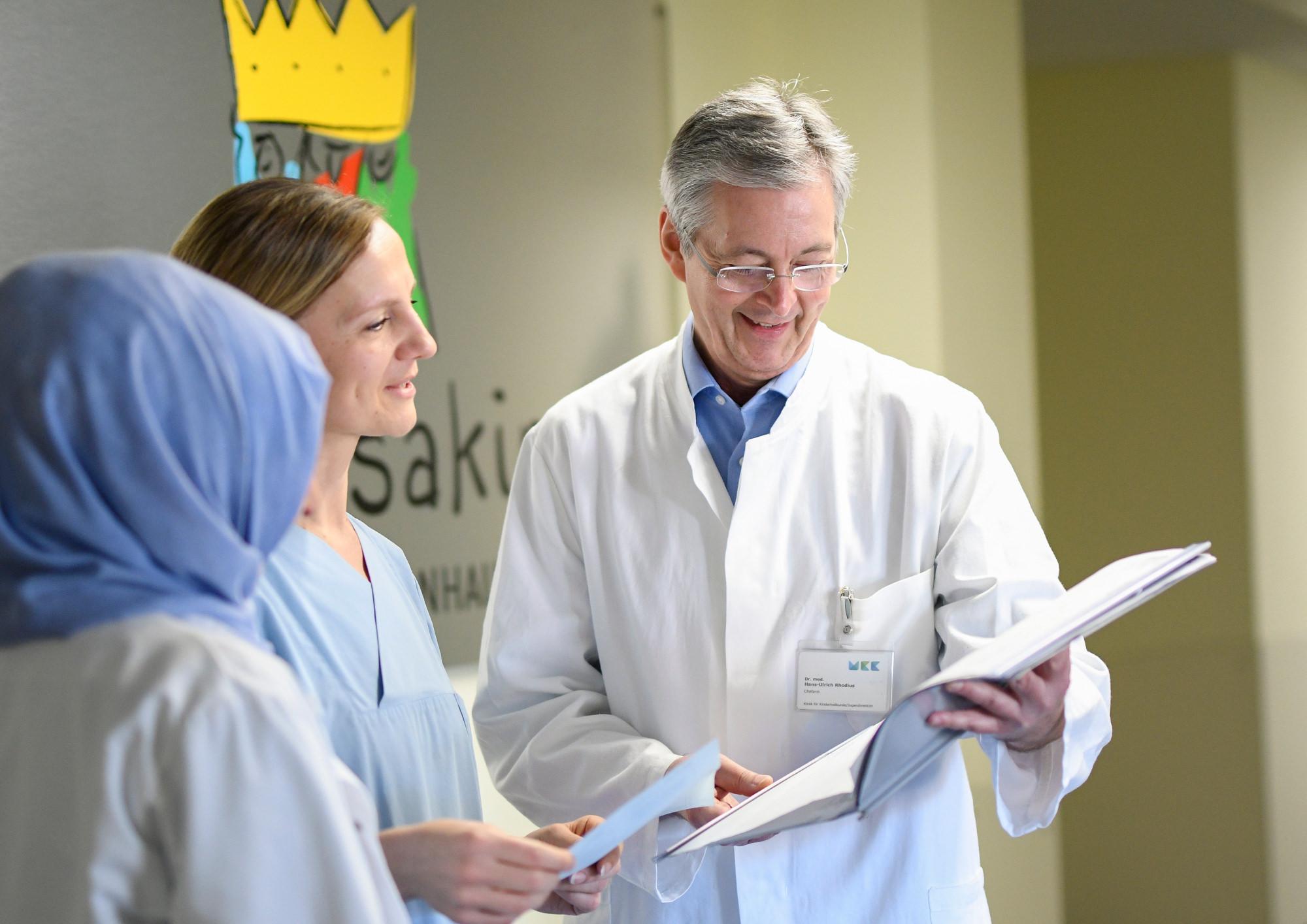 Arzt mit Mitarbeiter