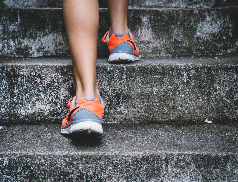 Sportler läuft eine Treppe hoch