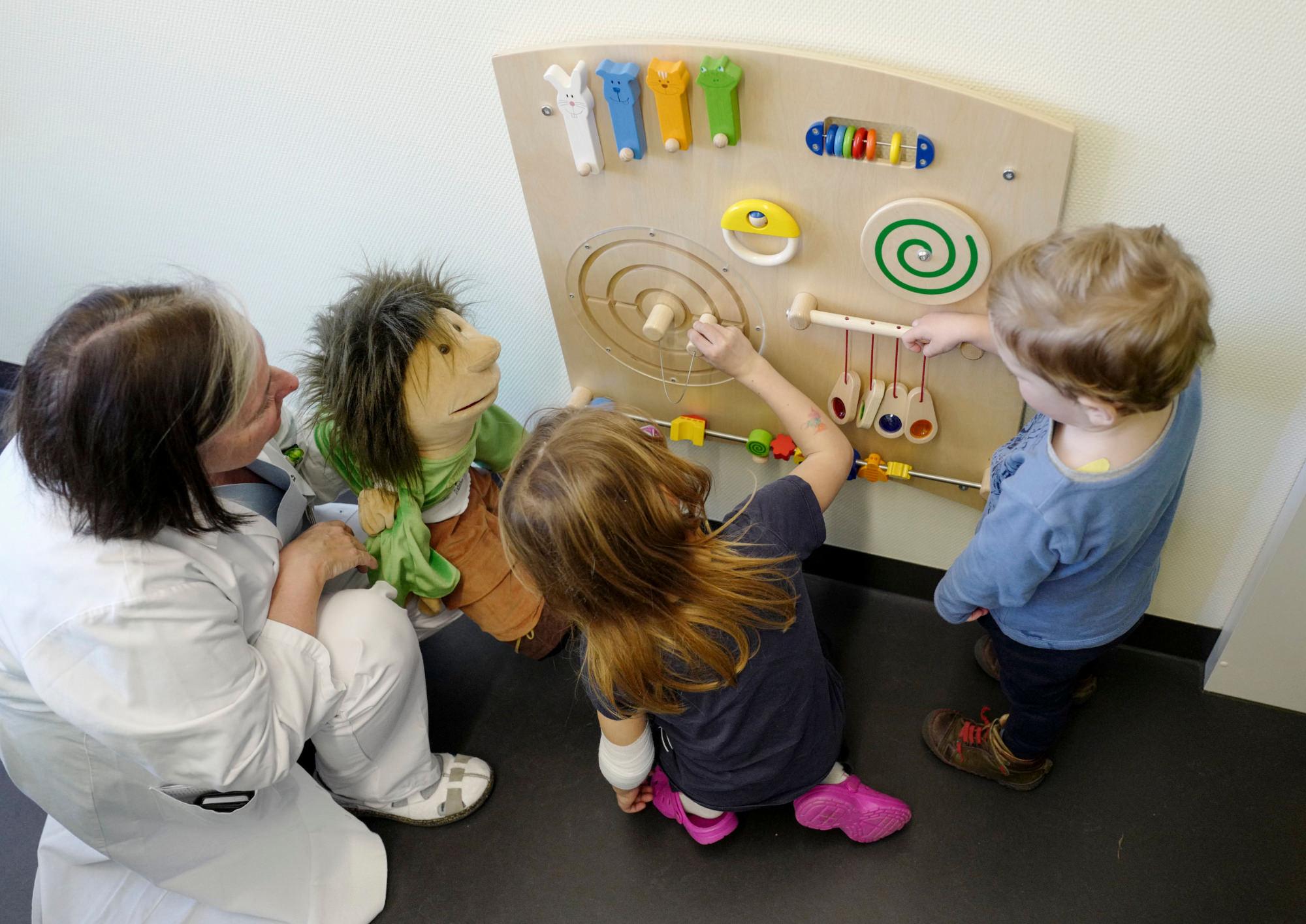 Ärztin mit Kinder an einem Spielgerät